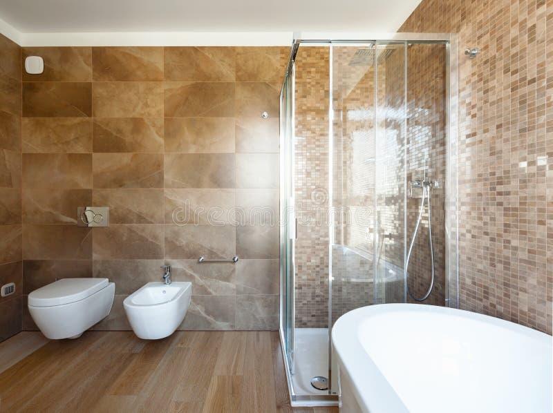 Salle de bains de luxe dans une maison moderne images stock
