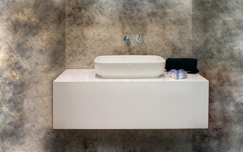 Salle de bains de luxe de marbre moderne avec le détail de serviette photographie stock libre de droits