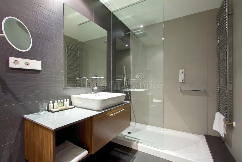 Salle de bains luxueuse de station de vacances d'hôtel images stock