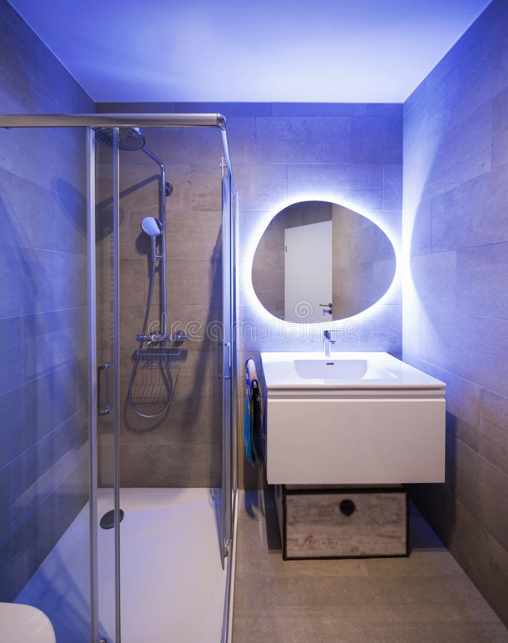 Salle de bains de marbre moderne avec le miroir rétro-éclairé images libres de droits