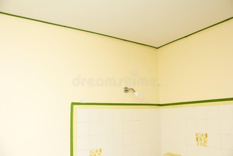 Salle de bains masquée avec la bande de peintres images libres de droits