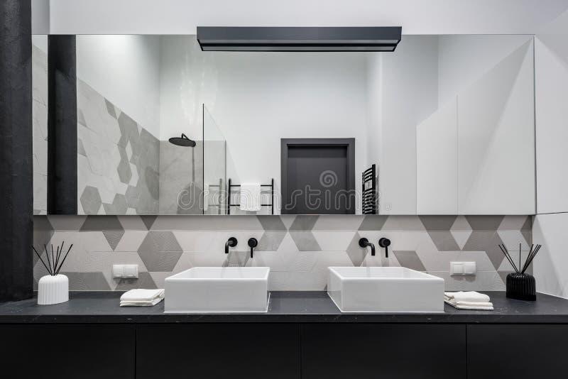 Salle de bains minimaliste avec deux bassins image libre de droits