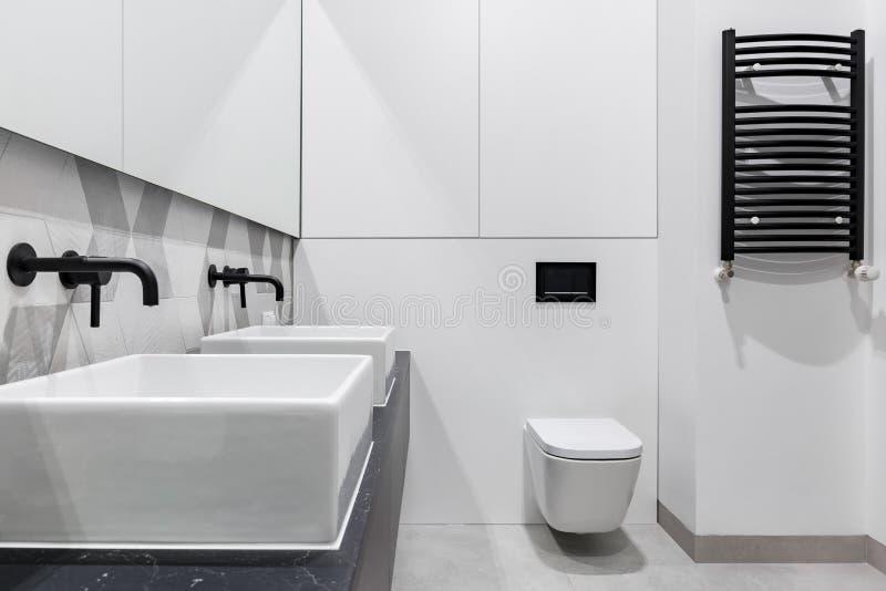 Salle de bains moderne avec deux bassins image stock