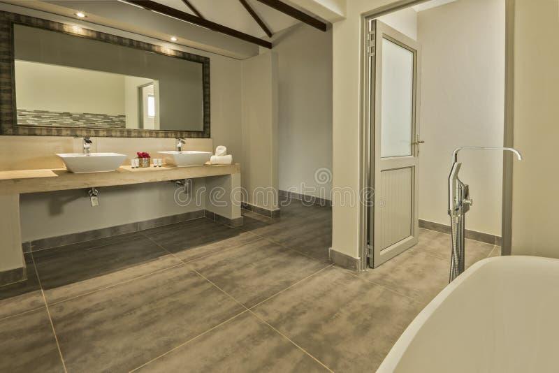 Salle de bains moderne avec deux bassins et un bain photo libre de droits