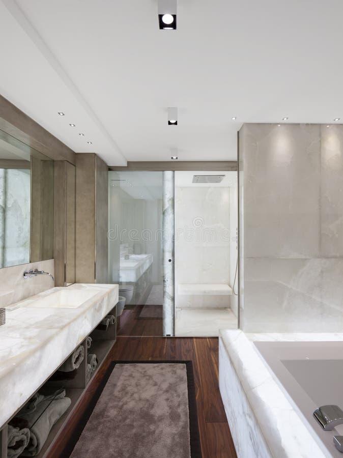 Salle de bains moderne avec du marbre et le parquet, personne photo libre de droits