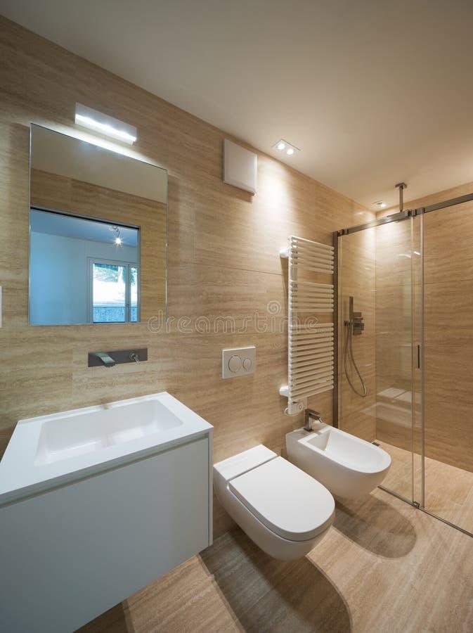 Salle de bains moderne avec du marbre léger i photographie stock libre de droits