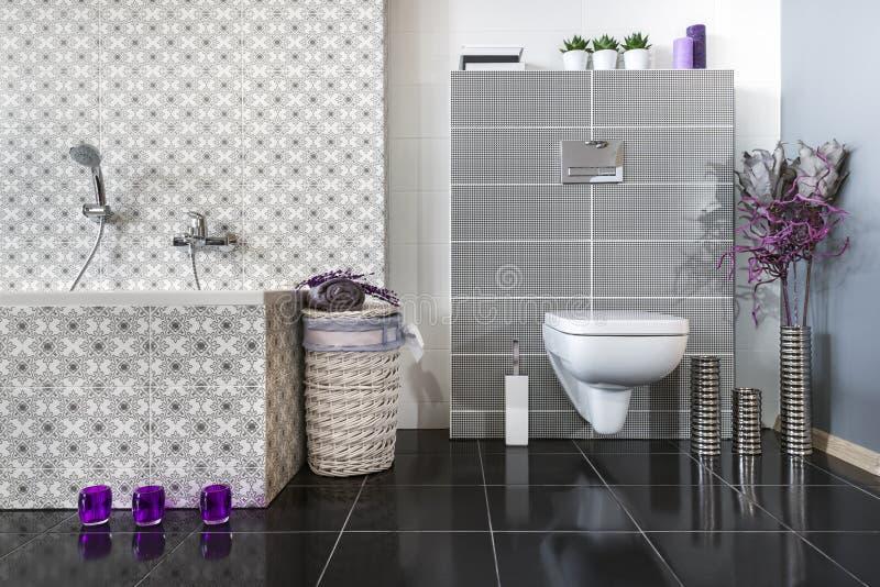 Salle de bains moderne avec la carte de travail image stock