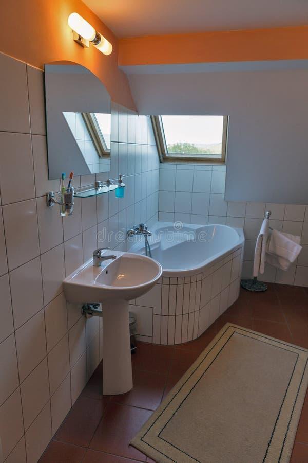 Salle de bains moderne avec le bain, le lavabo et la fenêtre faisants le coin images stock
