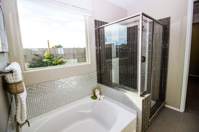 Salle de bains moderne avec le baquet et la douche en verre photo stock