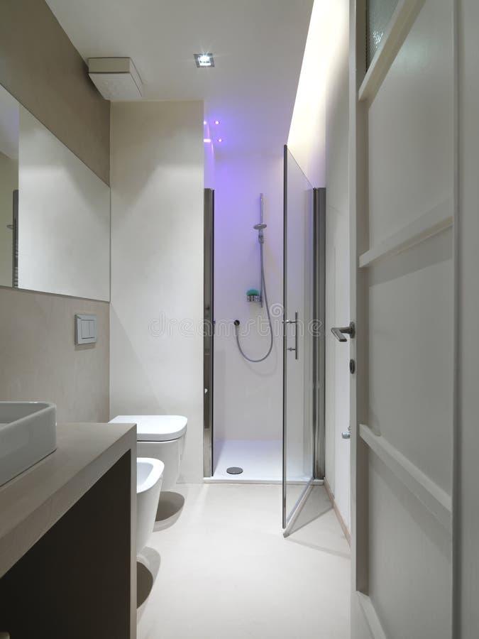 Salle de bains moderne avec le compartiment de douche images libres de droits
