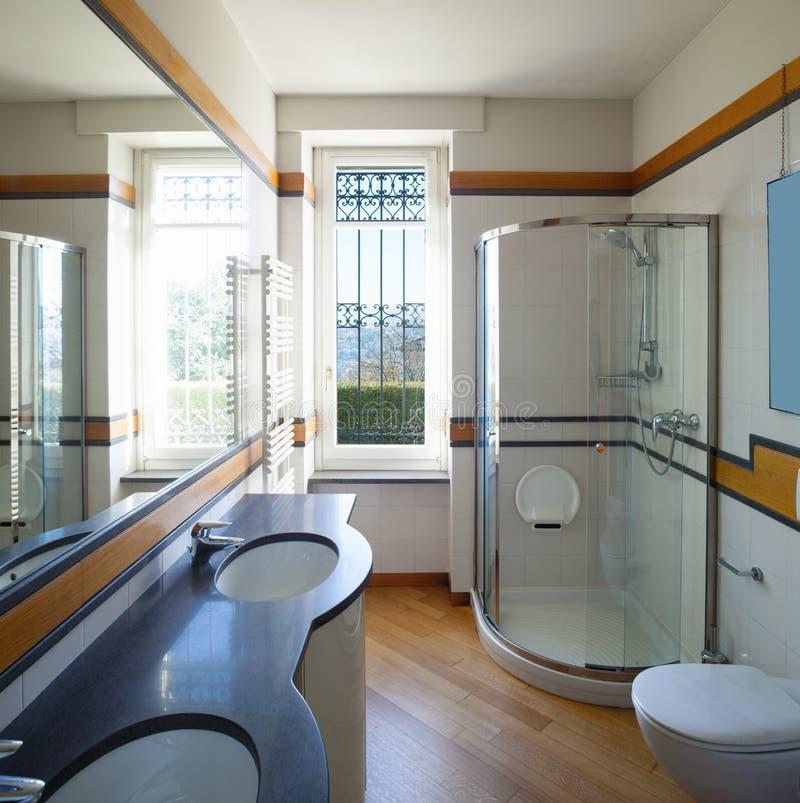 Salle de bains moderne avec le grand miroir photo libre de droits