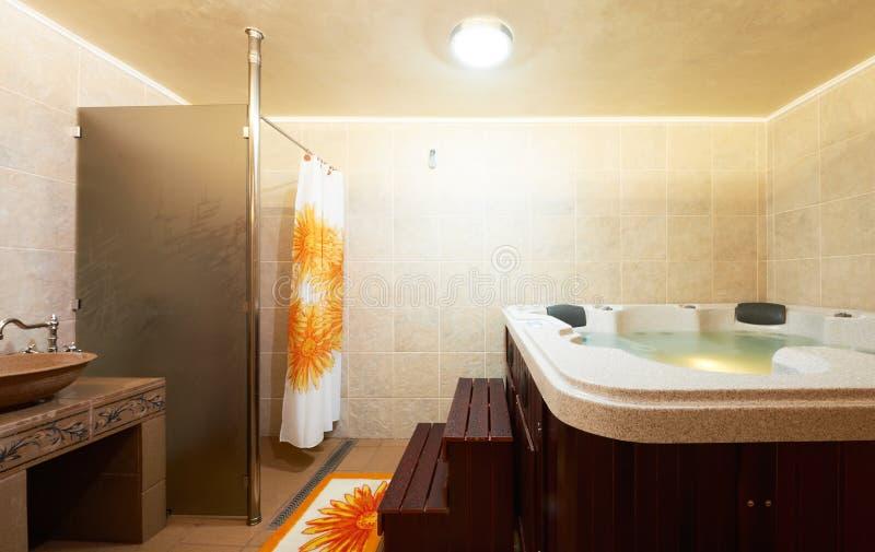 Salle de bains moderne avec le jacuzzi photos libres de droits
