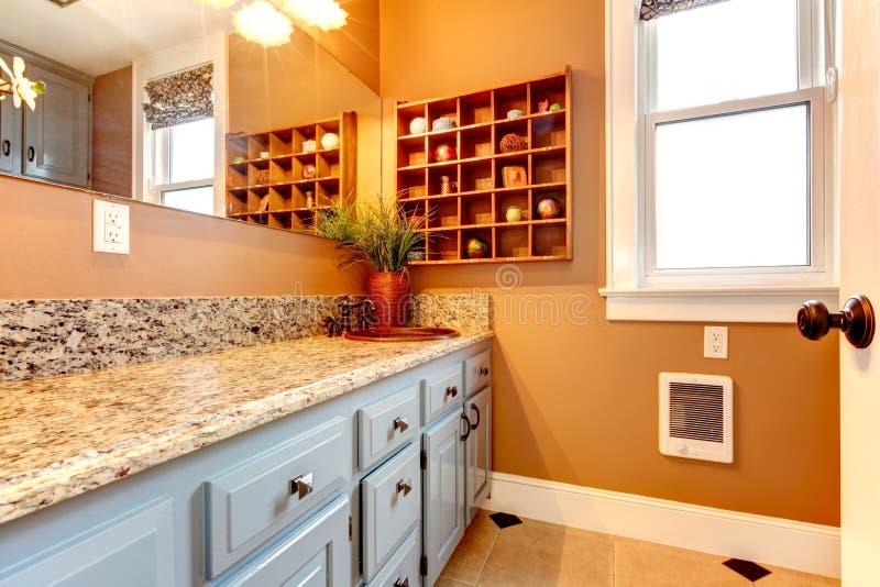 Salle de bains moderne avec les étagères en bois et le robinet rustique de fer images libres de droits