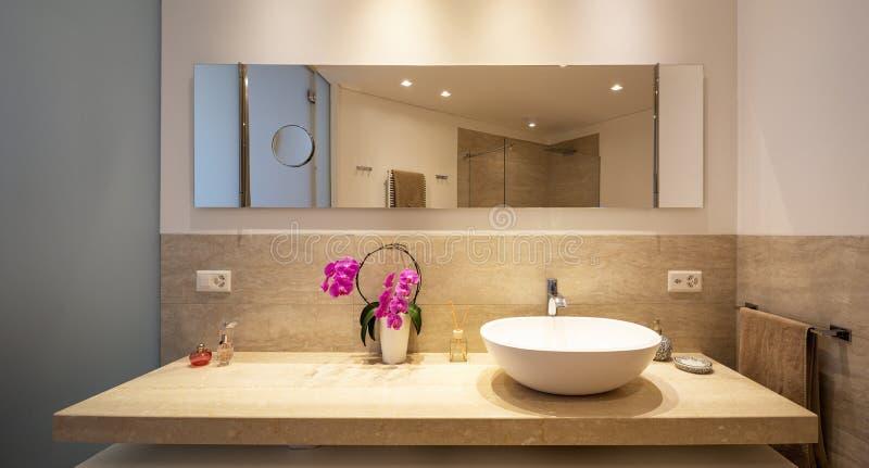 Salle de bains moderne avec les finitions de du bois et de marbre images stock