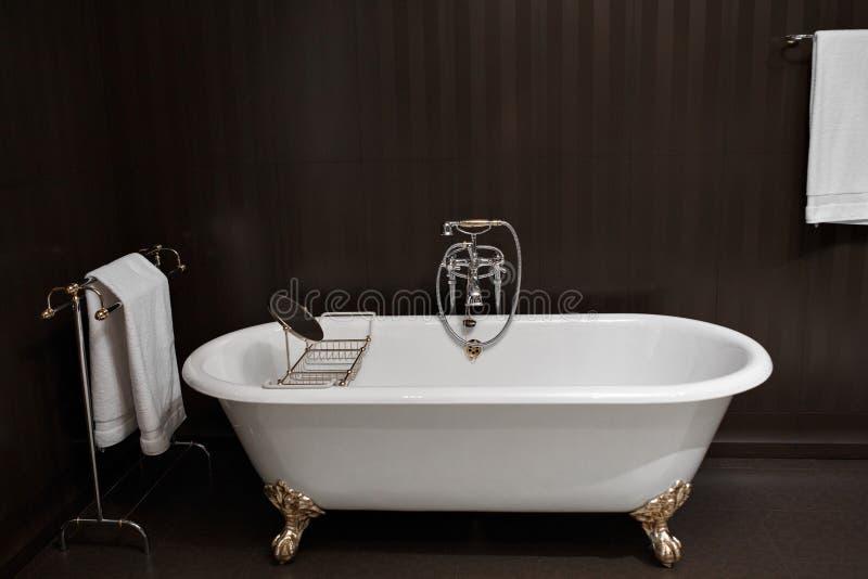 Salle de bains moderne avec les tuiles noires photographie stock