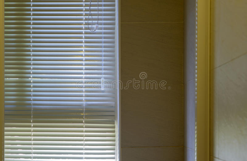 Salle de bains moderne avec les volets blancs photo stock