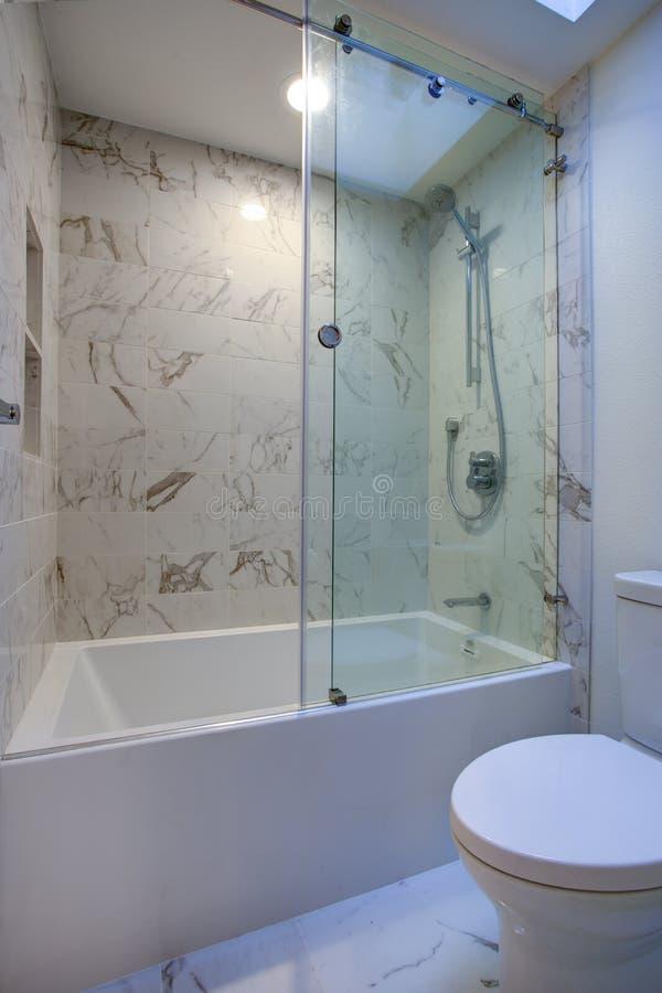 Salle de bains moderne blanche avec la douche de marbre image stock