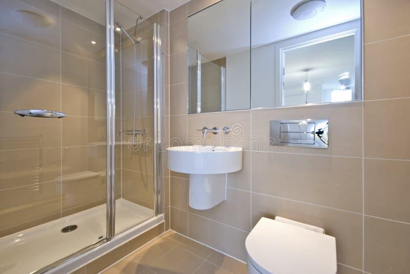 Salle de bains moderne d'en-suite avec la douche image stock