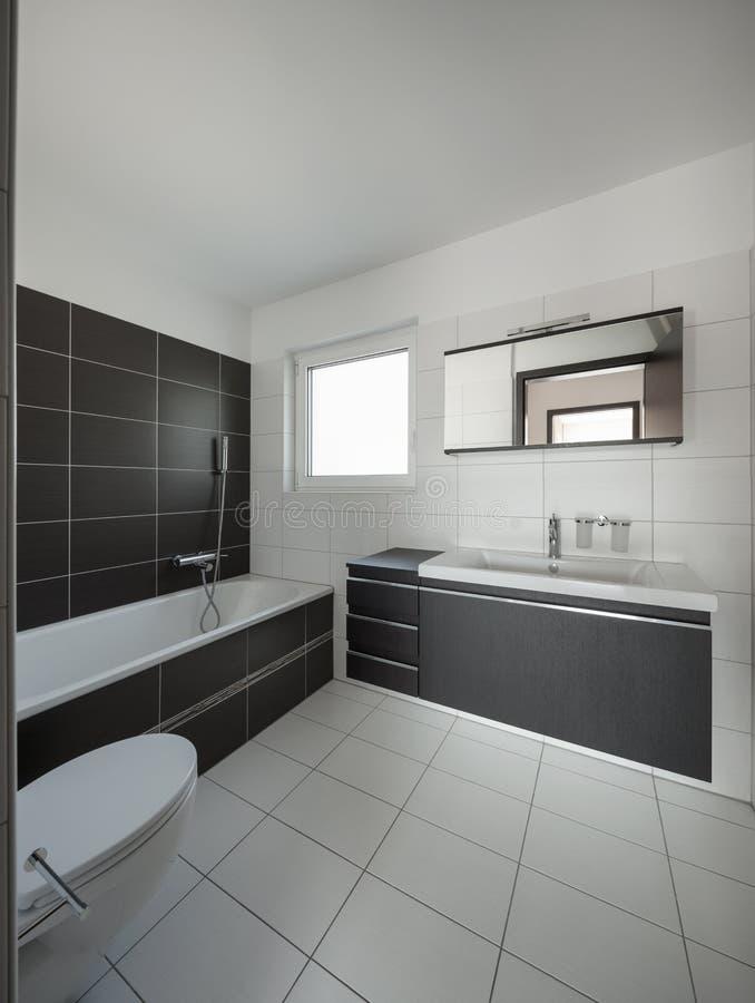 Salle de bains moderne d'intérieur de maison photo libre de droits