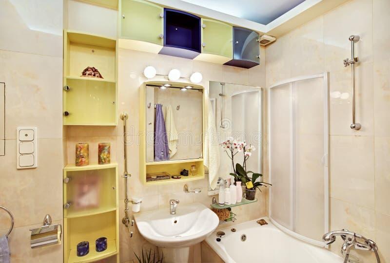 Salle de bains moderne dans jaune et le bleu photographie stock libre de droits