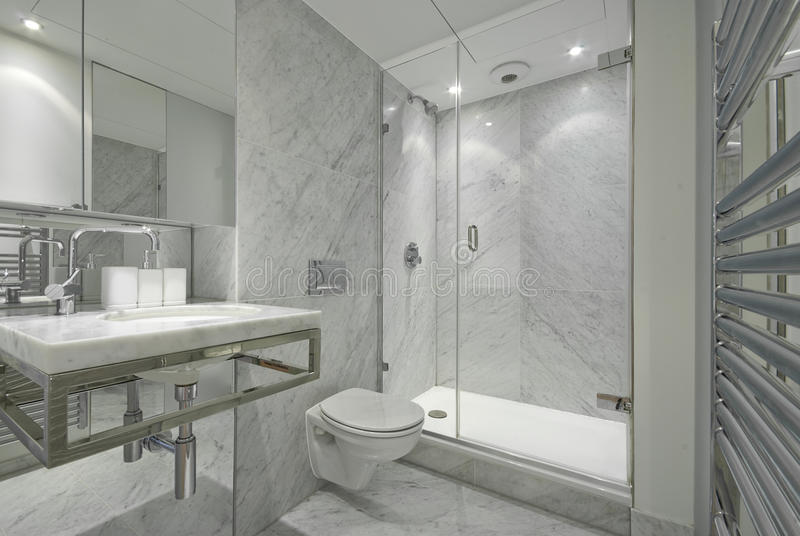Salle de bains moderne de marbre de suite d'en dans le blanc image libre de droits
