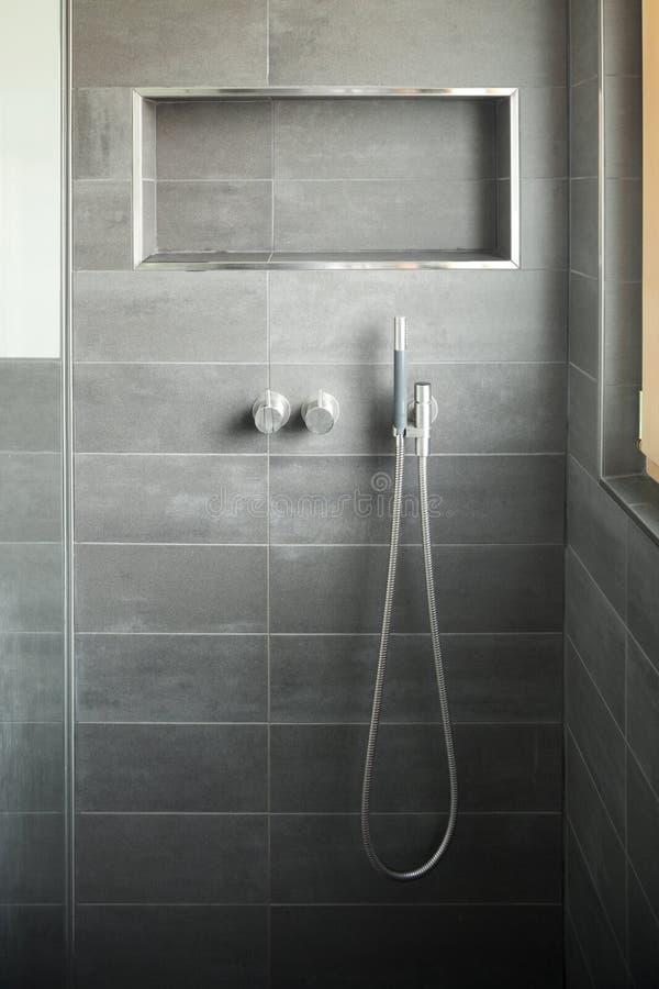 Salle de bains moderne, douche photographie stock