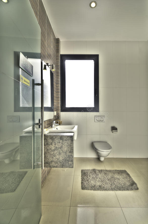 Salle de bains moderne en villa de luxe photo stock
