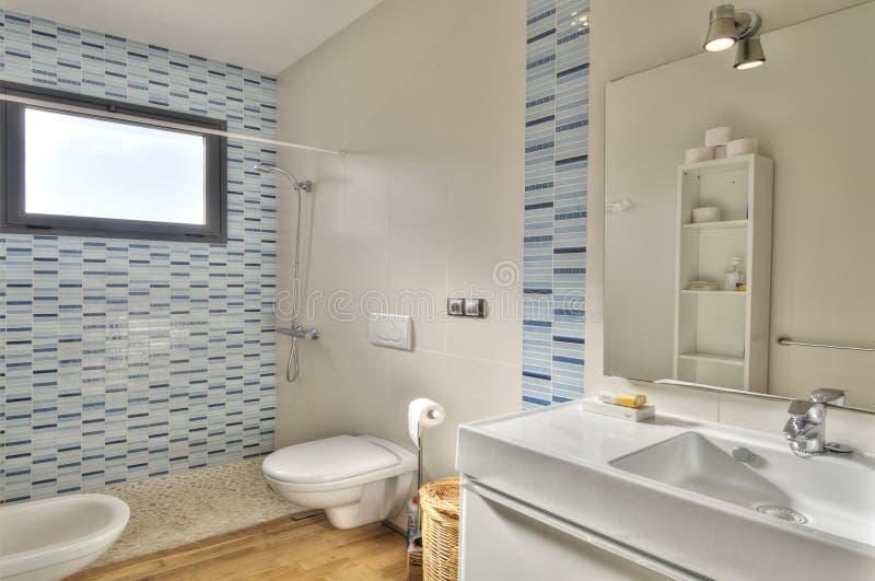 Salle de bains moderne en villa de luxe photographie stock libre de droits