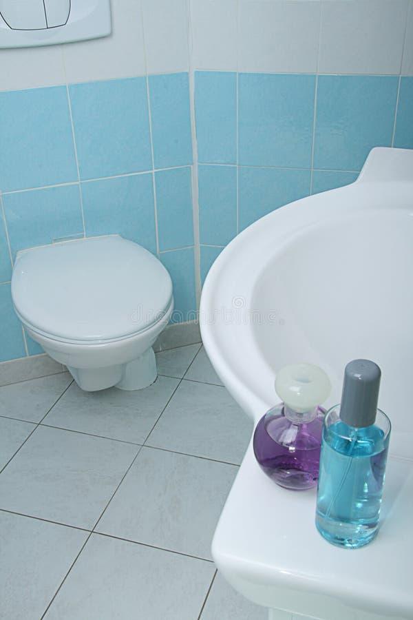 Salle de bains moderne et propre image stock image du for Mr propre salle de bain