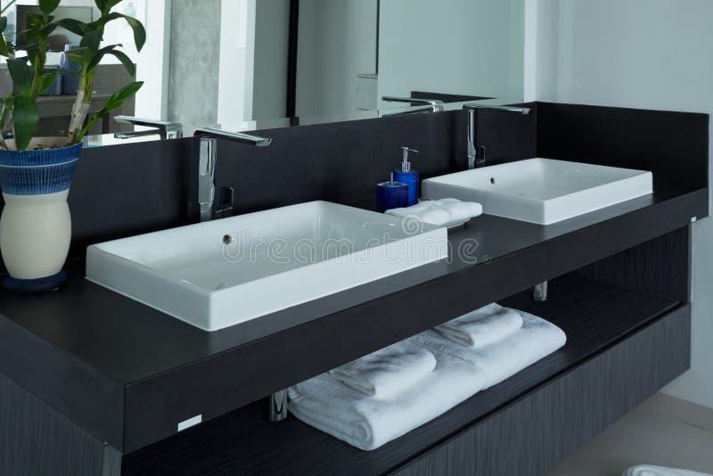 Salle de bains moderne, lavabo dans la salle de bains image libre de droits