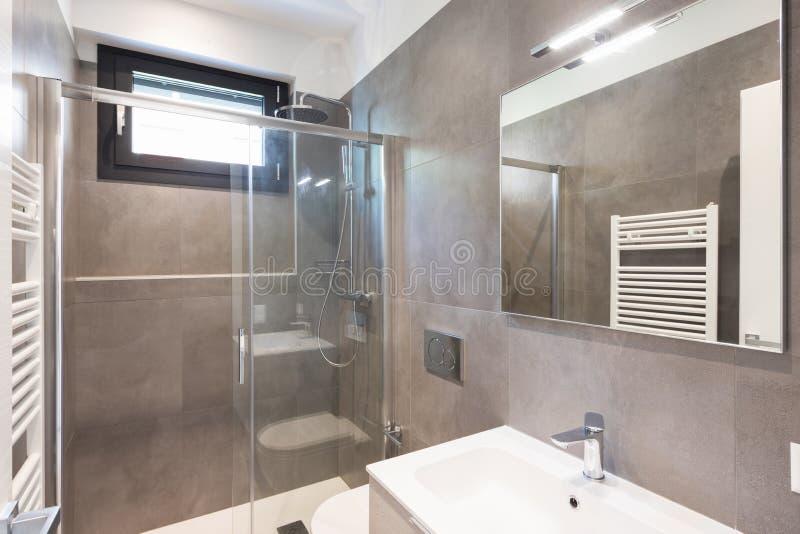 Salle de bains moderne minimaliste avec de grandes tuiles photographie stock libre de droits