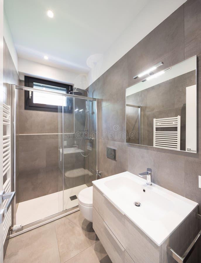 Salle de bains moderne minimaliste avec de grandes tuiles photo libre de droits
