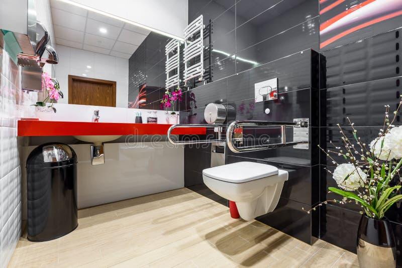 Salle de bains noire et blanche d'handicap images stock