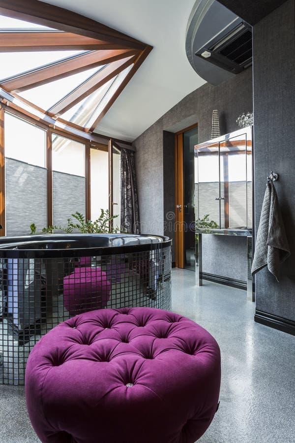 Salle de bains noire spacieuse de villa avec le jacuzzi images libres de droits