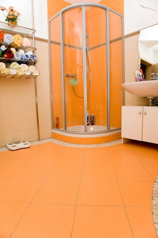 Salle de bains orange. photo libre de droits