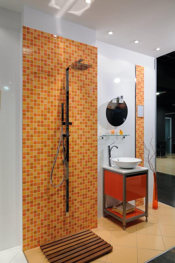 Salle de bains orange moderne image stock