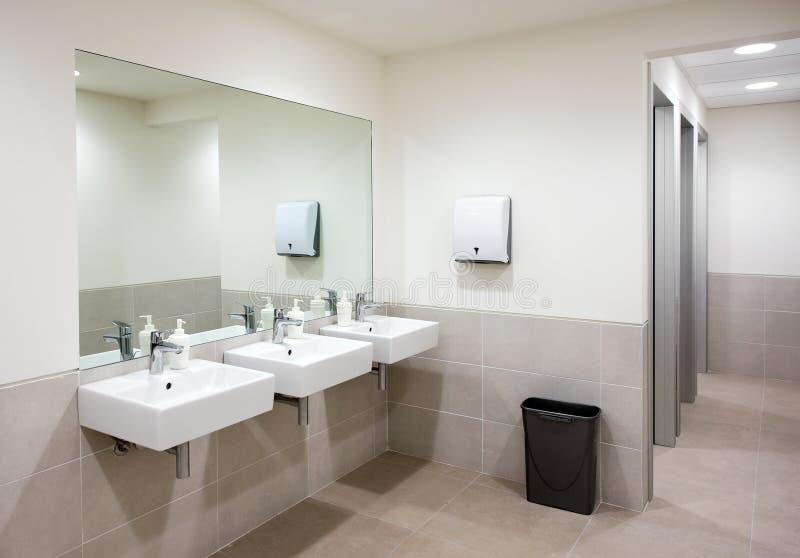 Salle de bains ou toilettes publique avec des bassins de main photo libre de droits