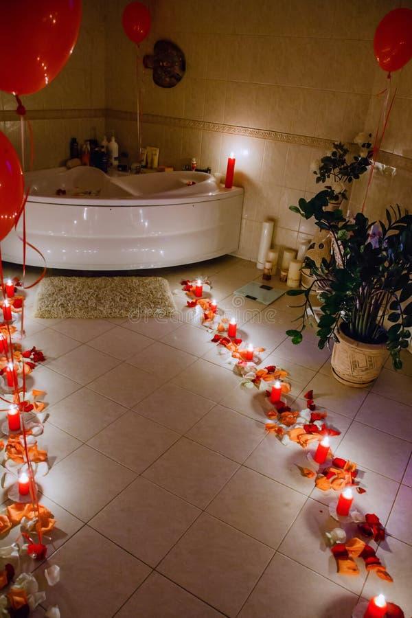 Salle de bains par lueur d'une bougie photos stock