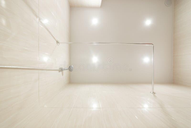 Salle de bains de plafond de bout droit avec des lumières de LED, salle de bains, lumières menées image stock