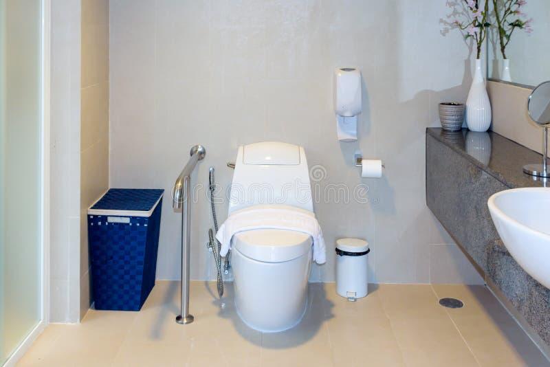 Salle de bains propre simple blanche moderne de toilette image stock