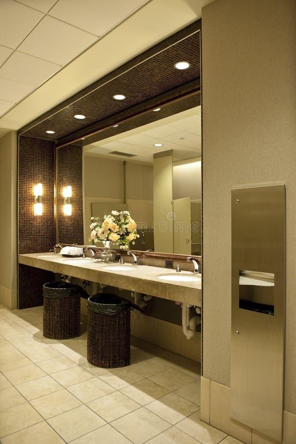 Salle de bains publique luxueuse photographie stock