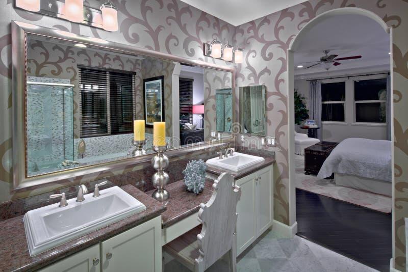 Salle de bains résidentielle neuve photo stock