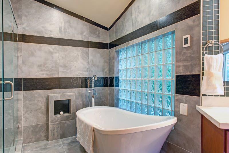 Salle de bains renversante avec un baquet libre images stock