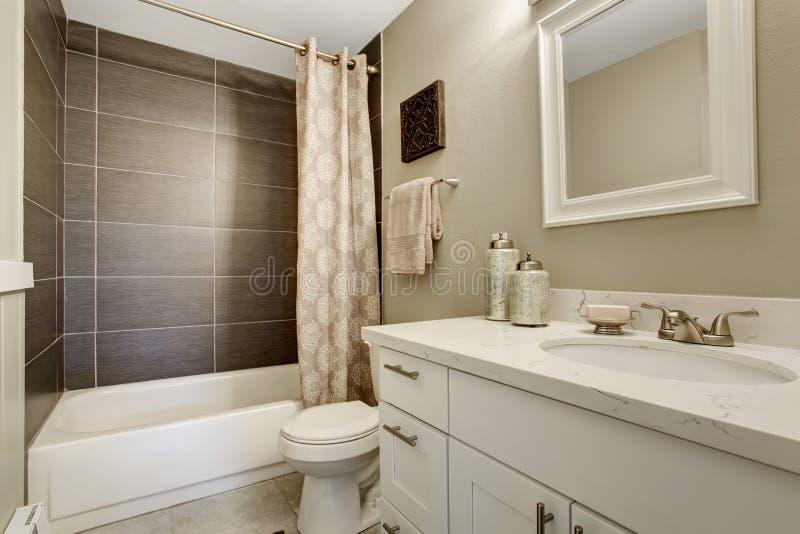 Salle de bains simpliste avec le thème gris et blanc photos stock
