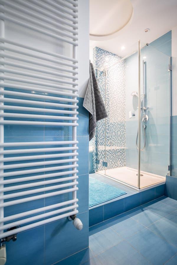 Salle de bains spacieuse bleue images stock