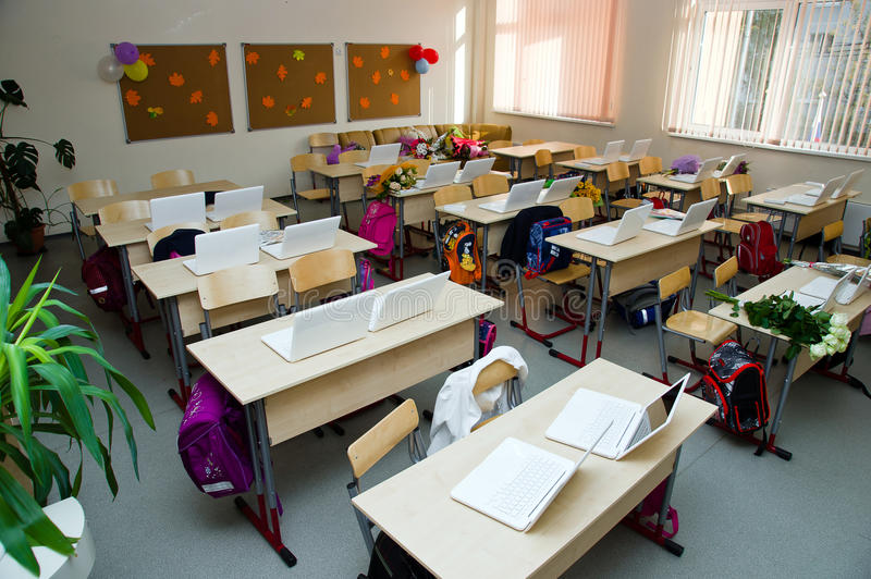 Salle de classe moderne avec des ordinateurs portatifs photo stock