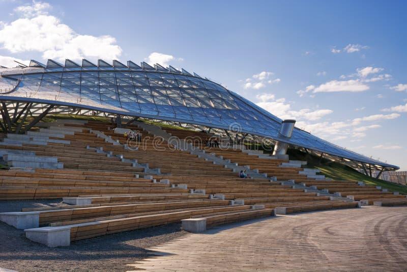 Salle de concert extérieure et amphithéâtre grand en parc Zaryadye photo stock