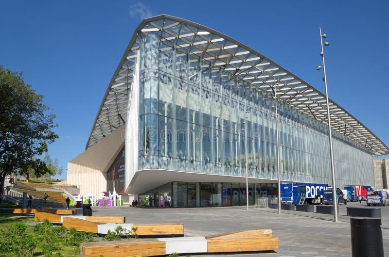 Salle de concert philharmonique de Moscou en parc de Zaryadye, Russie images stock