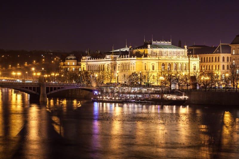 Salle de concert de Rudolfinum à la rive de Vltava par nuit photographie stock libre de droits
