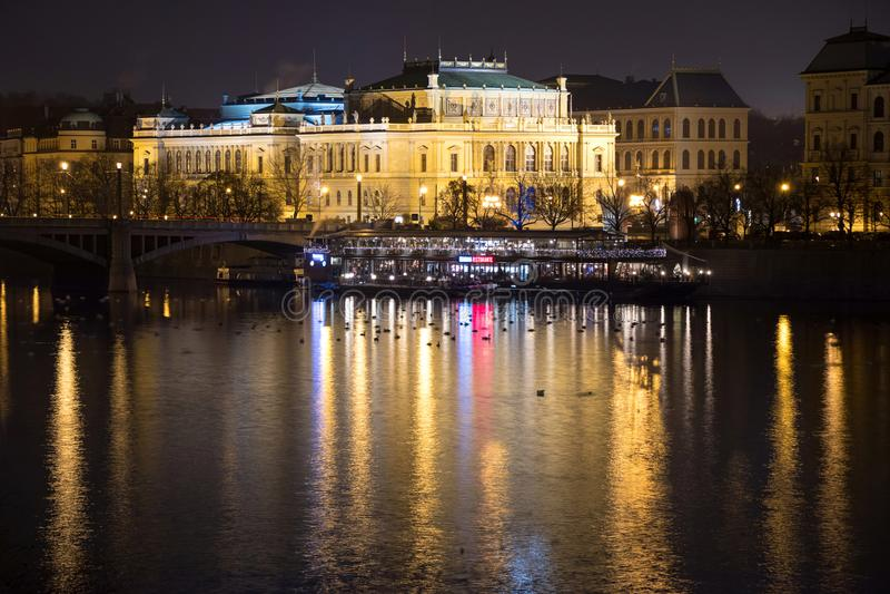 Salle de concert de Rudolfinum à la rive de Vltava à Prague par le nig photos libres de droits